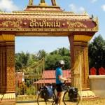 Temples longeant la route au Laos