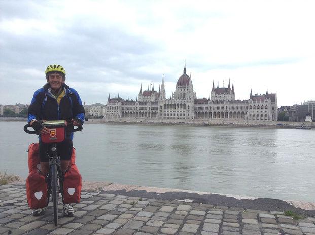 Vue sur le parlement hongrois à Budapest