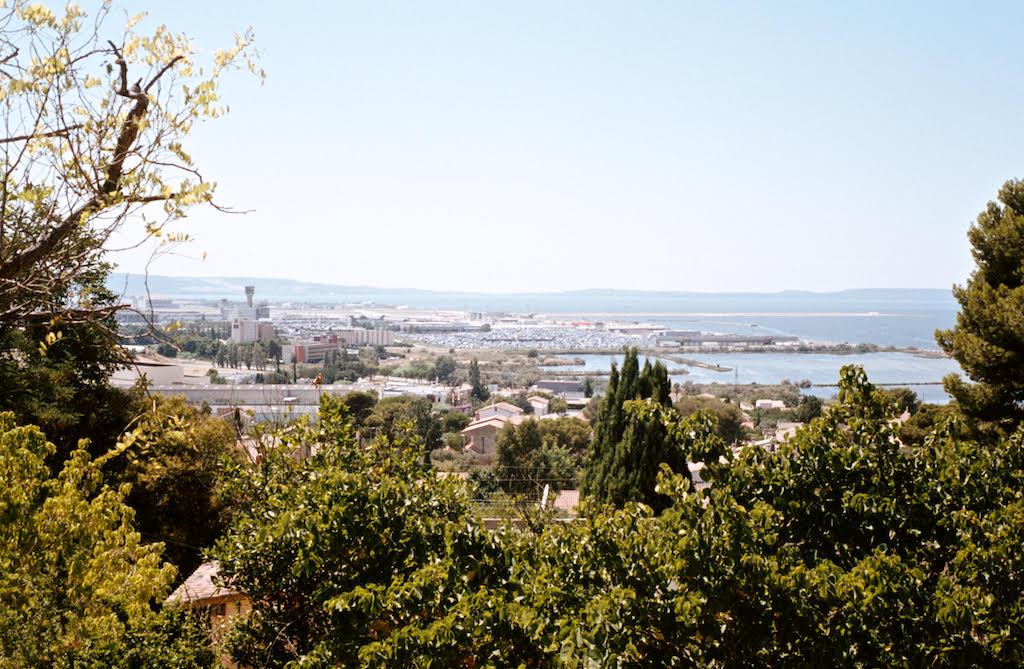 L'Etang de Berre et les pistes de décollage de l'aéroport de Marignane