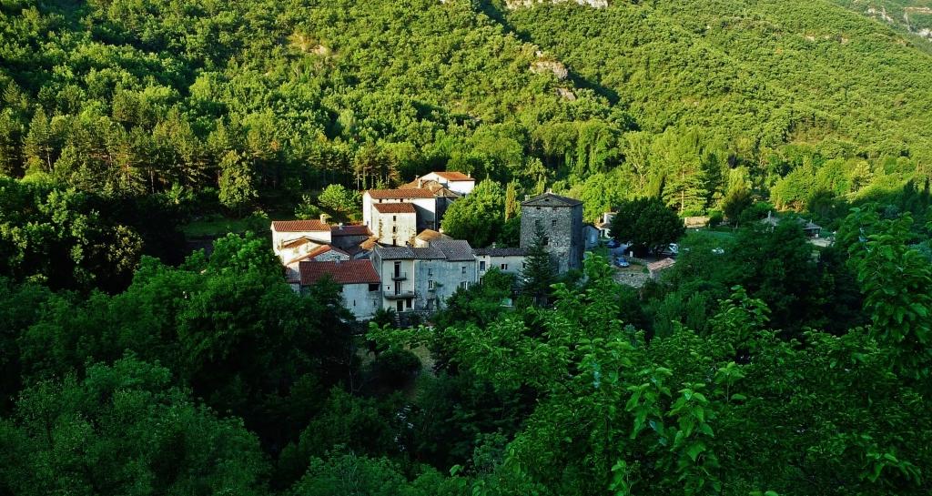 Dans les Cévennes, la route dévoile un à un de graves villages silencieux