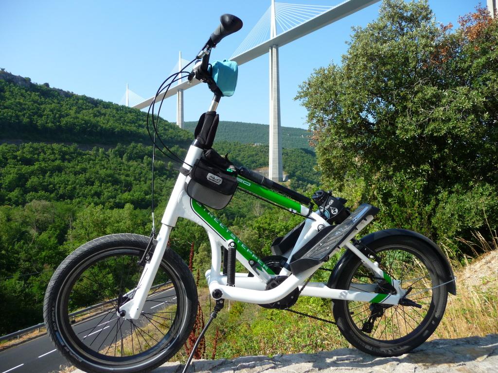 Vélo-stepper sous le viaduc de Millau