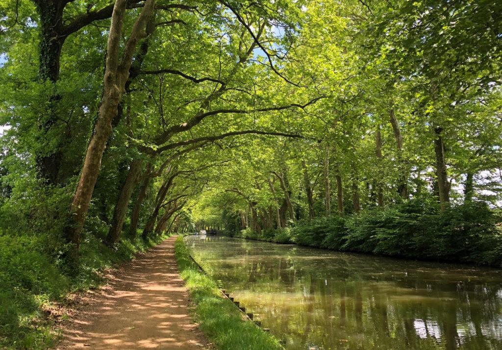 Le magnifique Canal de la Garonne, paisible avec quelque chose de magique!